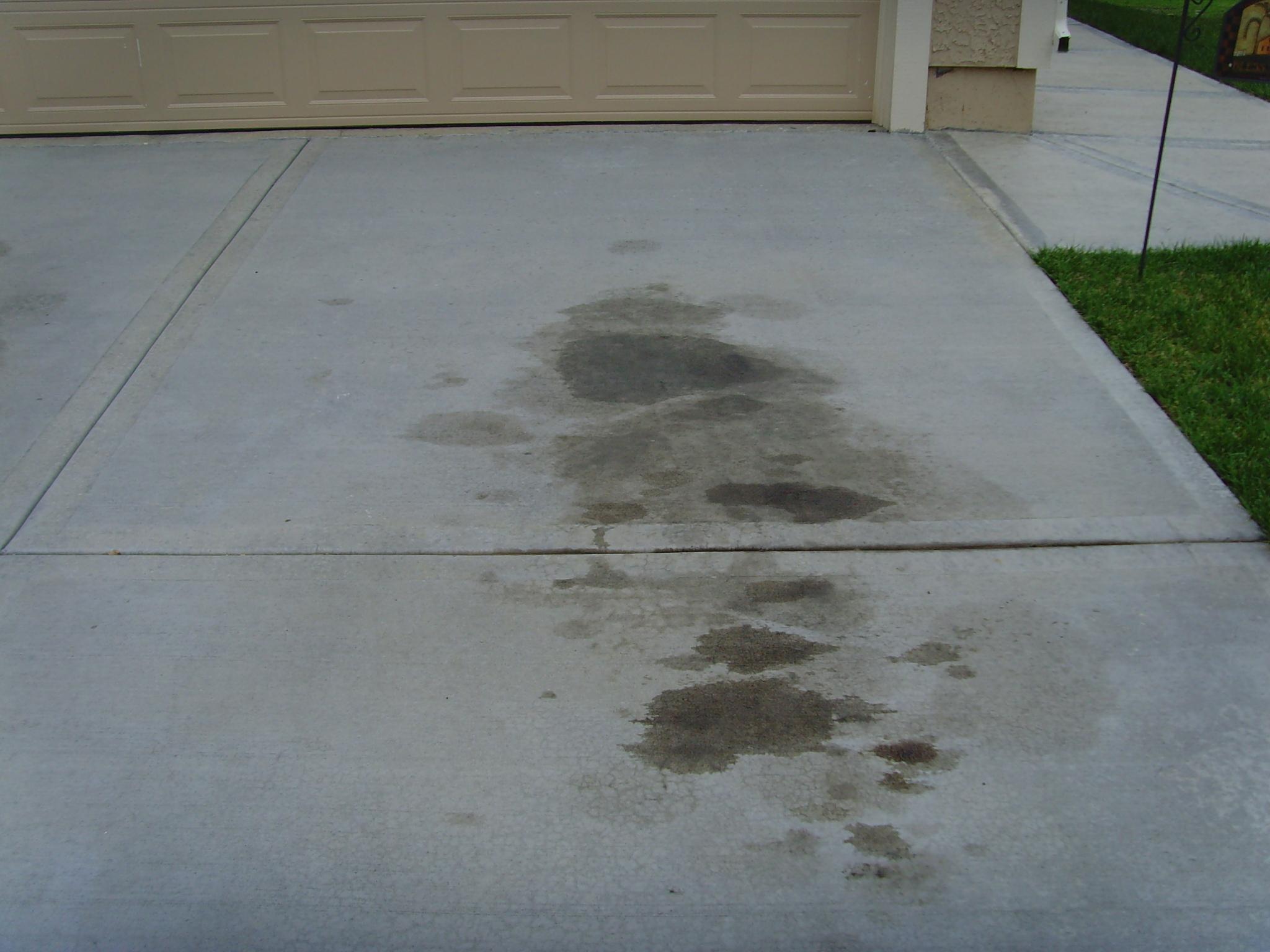 پاک کردن لکه روغن خودرو از زمین